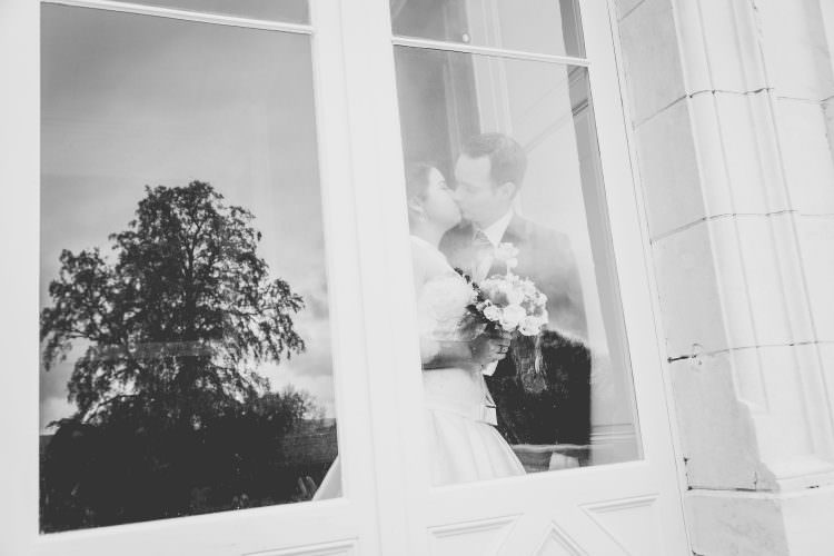 photo de mariés derrière une vitre. photographe caché